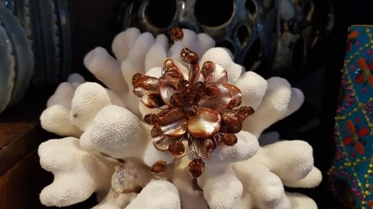 Broche en pétale de nacre sertie de perles de verre, INDONÉSIE - Prix de vente : 35€.