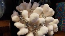 Chevillère en métal argenté sertie de perle de résine, INDE - Prix de vente : 10€.