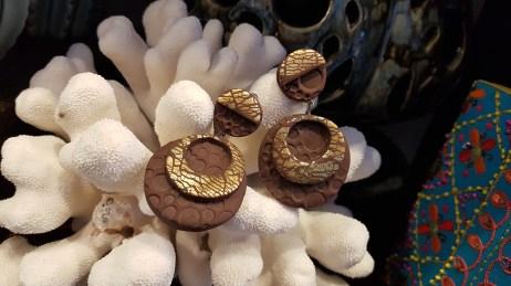 """Boucle d'oreille """"Miro"""" à clip en pâte polymère, FRANCE - Prix de vente : 30€."""
