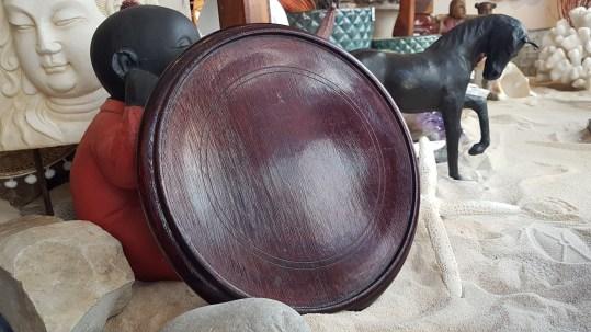 Socle en bois sculpté, CHINE - Dimension : 22 cm de diamètre - Prix de vente : 29€.
