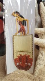 Marque-page en papier et décor peint à la main, INDE – Prix de vente : 6€.