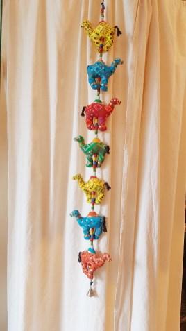 Pendant « Dromadaire » en tissu, perle et strass brodés, INDE – Prix de vente : 18€.