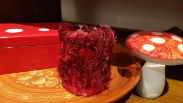Photophore en verre serti de plumes de volaille, INDONÉSIE - Prix de vente : 8€.
