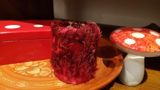 Photophore en verre serti de plumes de volaille, INDONESIE - Prix de vente : 8€.