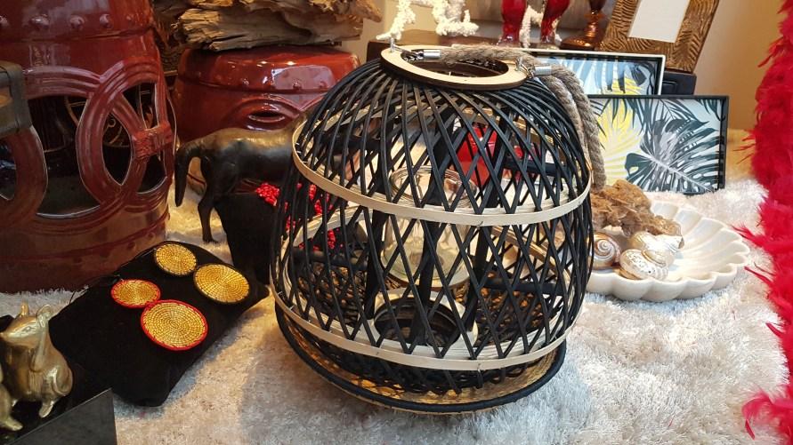 Lanterne en bambou teinté et tressé, anse en cordage, INDONÉSIE – Prix de vente : 50€.