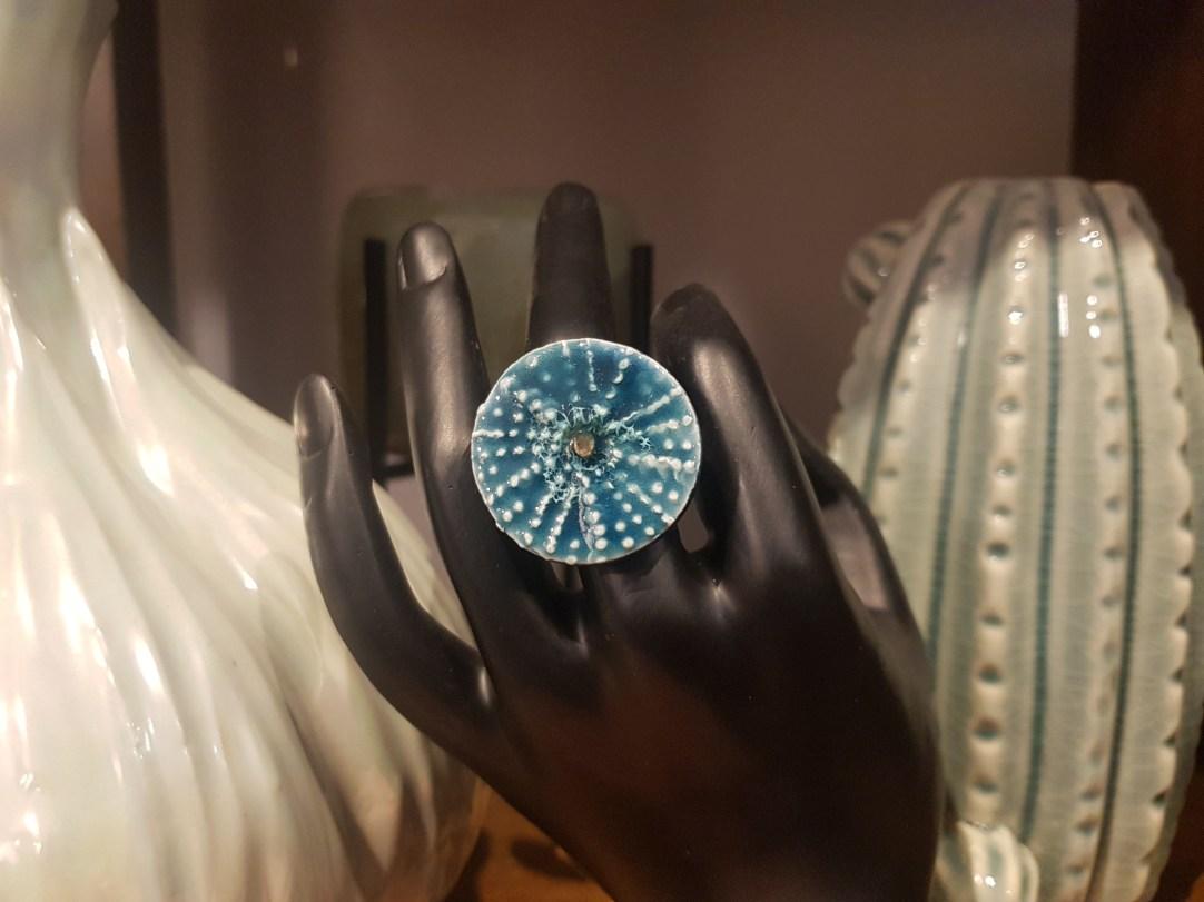 """Bague """"Oursin"""" en céramique engobée recouverte d'émail, Nice en FRANCE - Prix de vente : 18€."""