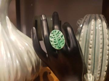 """Bague """"Feuille Monstrera"""" en céramique engobée recouverte d'émail, Nice en FRANCE - Prix de vente : 18€."""