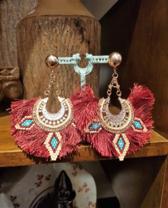 Boucle d'oreille en métal doré sertie de franges et de macramés en perle de résine, INDE - Prix de vente : 25€.