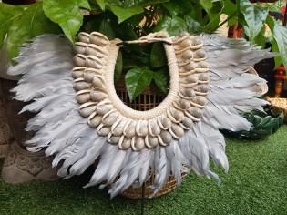 """Plastron """"Papou"""" récent en macramé confectionné de coquillages et de plumes, INDONESIE - Dimension : 38 cm de large x 37 cm de haut - Prix de vente : 90€."""