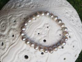 Bracelet extensible en perle d'eau douce, INDONÉSIE - Prix de vente : 10€.