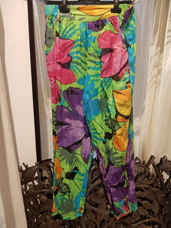 """Pantalon """"Tropical"""" en voile de coton imprimé, lien et élastique à la taille, INDE - Prix de vente : 35€."""