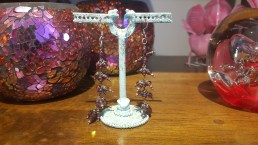 Boucles d'oreilles en améthyste, crochet en métal argenté, INDE - Prix de vente : 50€.