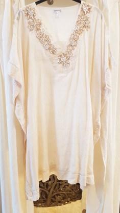 Kaftan en coton, col brodé de raphia et de perles, INDE - Prix de vente : 50€.