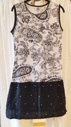 Robe en coton imprimé, strass et perles brodées, INDE - Prix de vente : 35€.