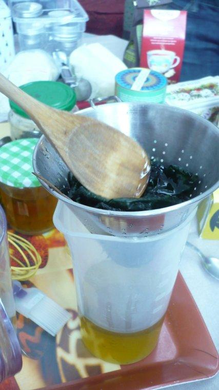 Filtrer le macérat. Les feuilles sont restées bien vertes