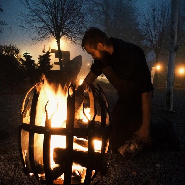 Utanför smedjan i gislöv, eldbestyren under kvällen