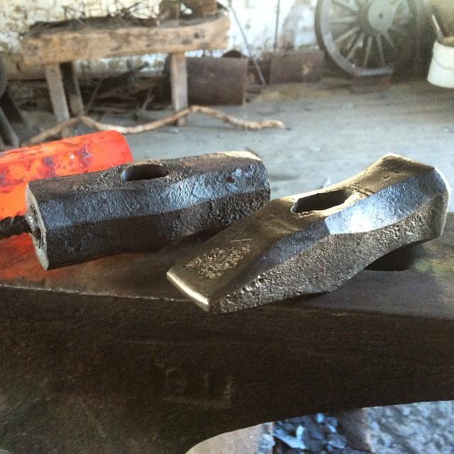 Följetong, tre släggor på gång. Along the way, three hammers