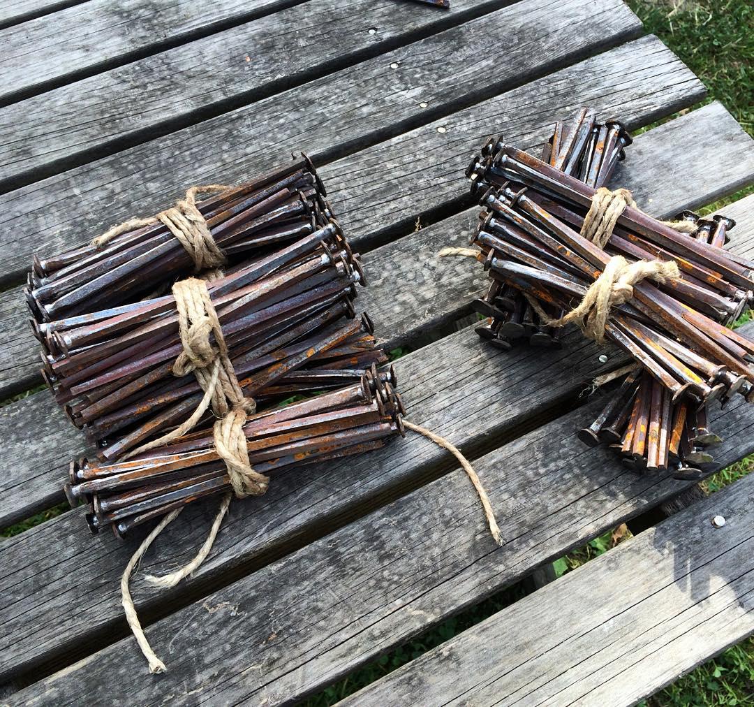 Omsmidd skalle på 6″ klippspik, 200+ klara för användning. ?? Reforged heads on 6″ nails ready for use