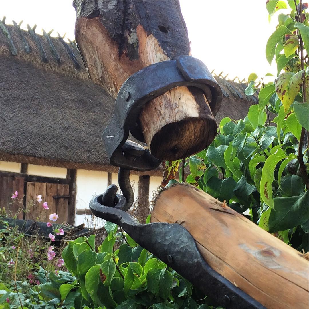 Brunnsjong/klyka på plats. Fästningsdetalj för den armen som går ner i brunnen. ?? The forged coupler in place, Holding the arm that goes down into the well