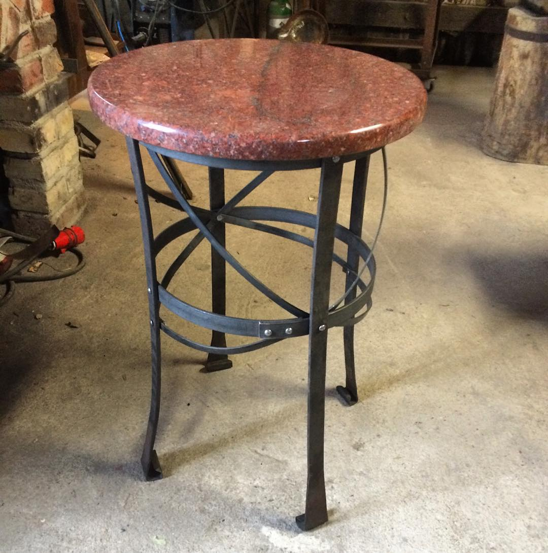 Litet nitat jugend-inspirerat bordsunderrede, skivan tillhandahållen av kunden. ?? Small riveted and forged table, stone slab top provided by customer