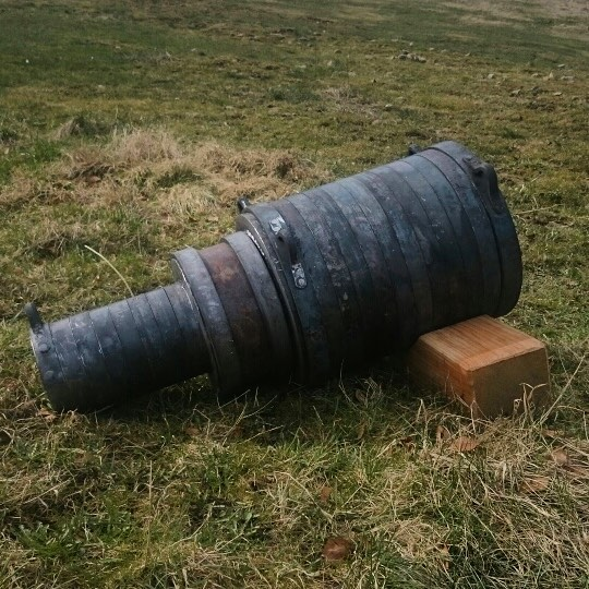 Sen 1300 tals Bombard på skjutfältet bakom smedjan. Tillverkad till ett mycket speciellt sällskap som firar 10 år med baluns! Hurra för Bössorna! 🇬🇧14th century bombard we made, ready for first test fire at the fireing range behind the smithy