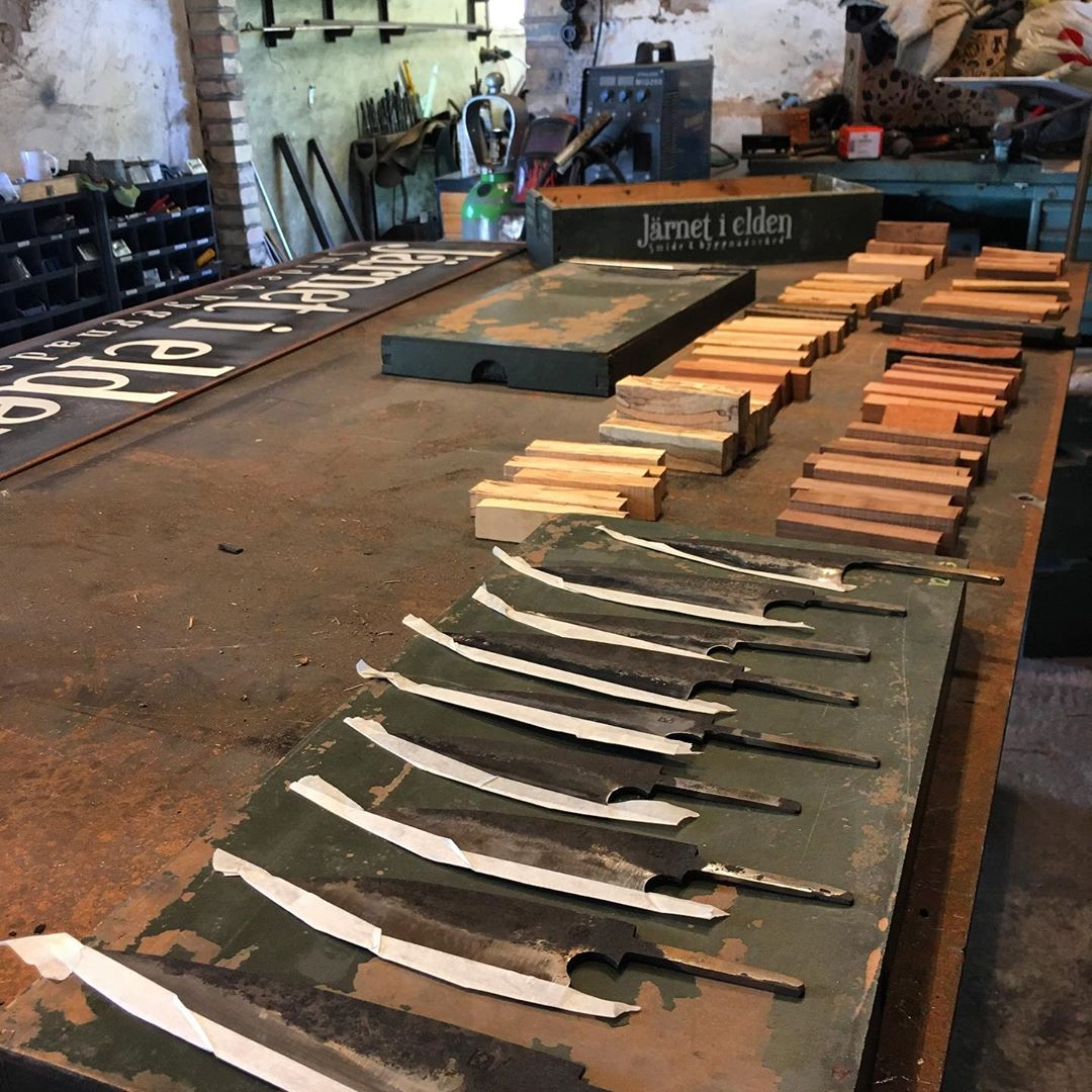 Inför Norrvikens Hantverkmässa, mycket på bordet som ska bli klart i tid. Prepping for the craftmanship fair at Norrvikens Trädgårdar #återbruk #österlen
