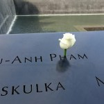 ノースプールを見守る白いバラ「グランド・ゼロ」(BOSTON・ニューヨーク#59)