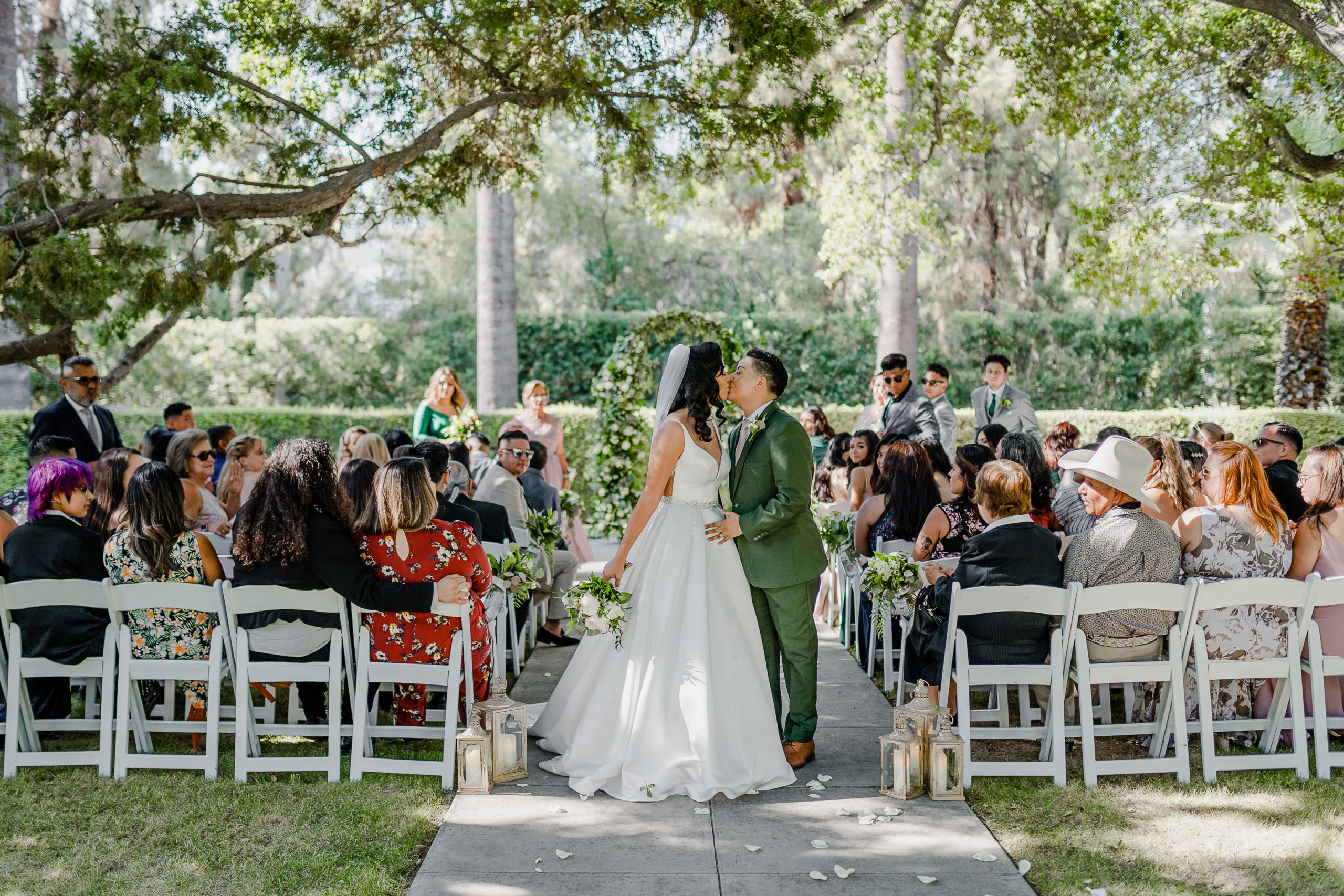 couple kiss after getting maried