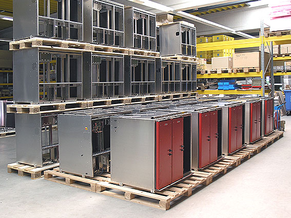 Zahlreiche 2-Kammer Mobilconvectomaten werden für den Einbau vorbereitet.