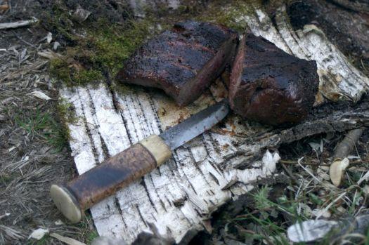 Kniv vid grillad köttstycke
