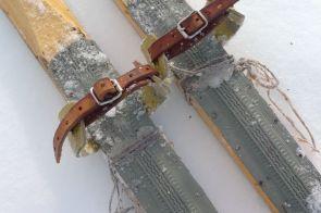 Skidor med snören för att få fäste på skaren.