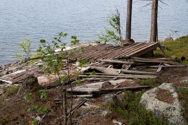 Resterna av en stuga vid en sjö