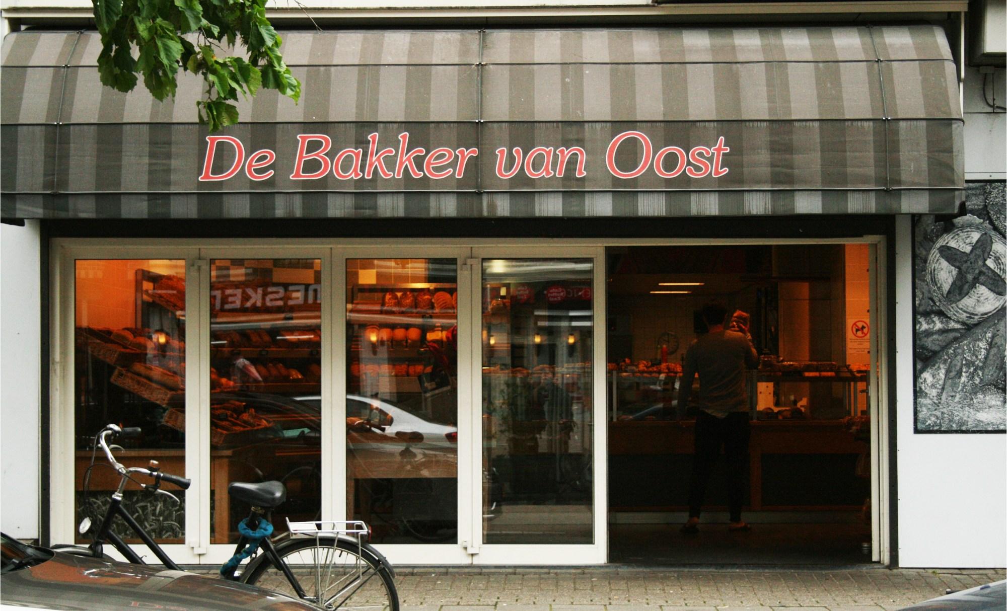De gevel met luifel van bakkerij De Bakkers van Oost in het Javakwartier