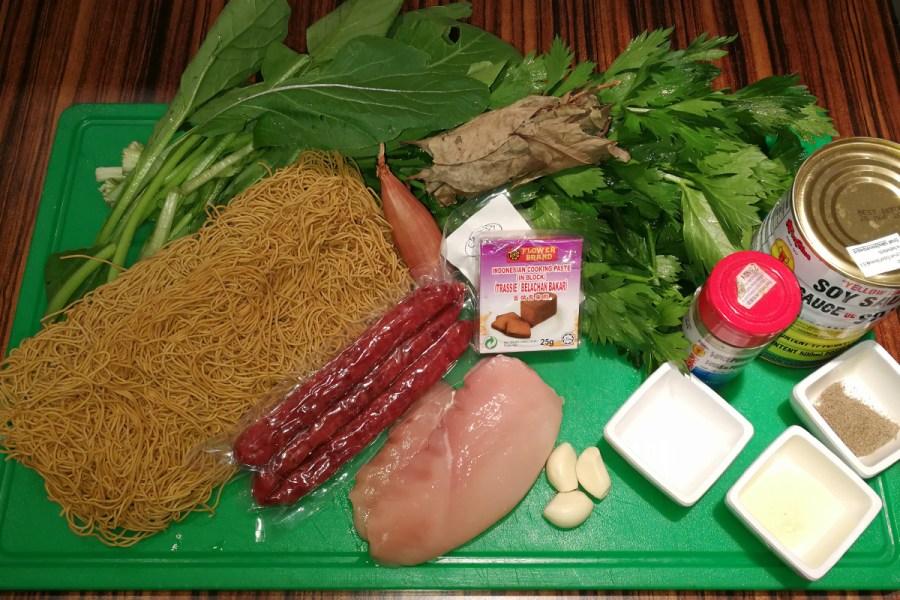 Enkele ingrediënten voor tjauw min op een snijplank