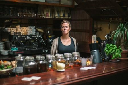 Eigenaar Sarah achter de bar van The Walter Woodbury Bar in de Javastraat