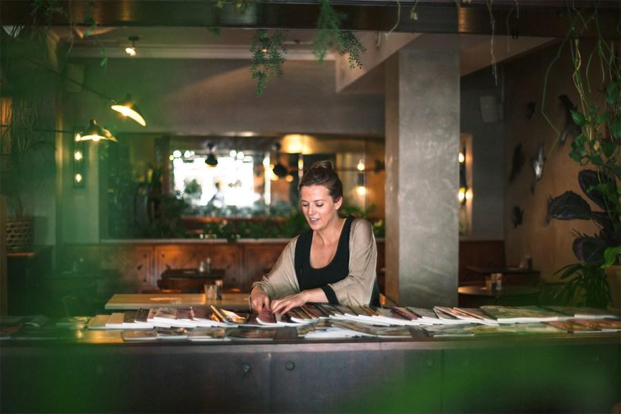 Sarah arrangeert tijdschriften in The Walter Woodbury Bar in de Javastraat