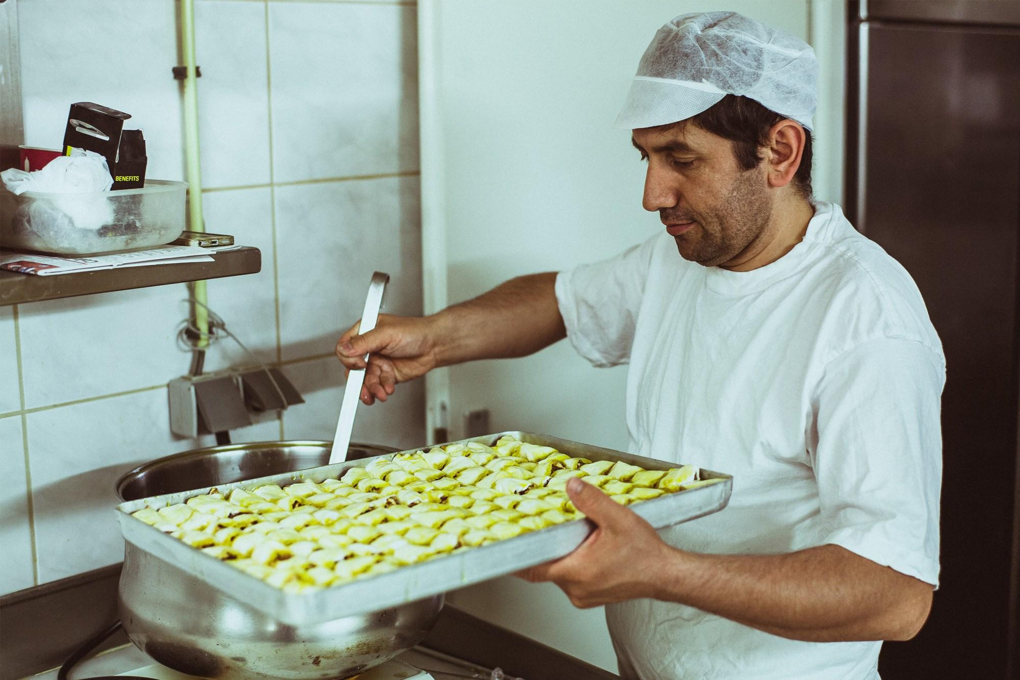 Uzeyir in patisserie Divan Pastanesi in de Javastraat