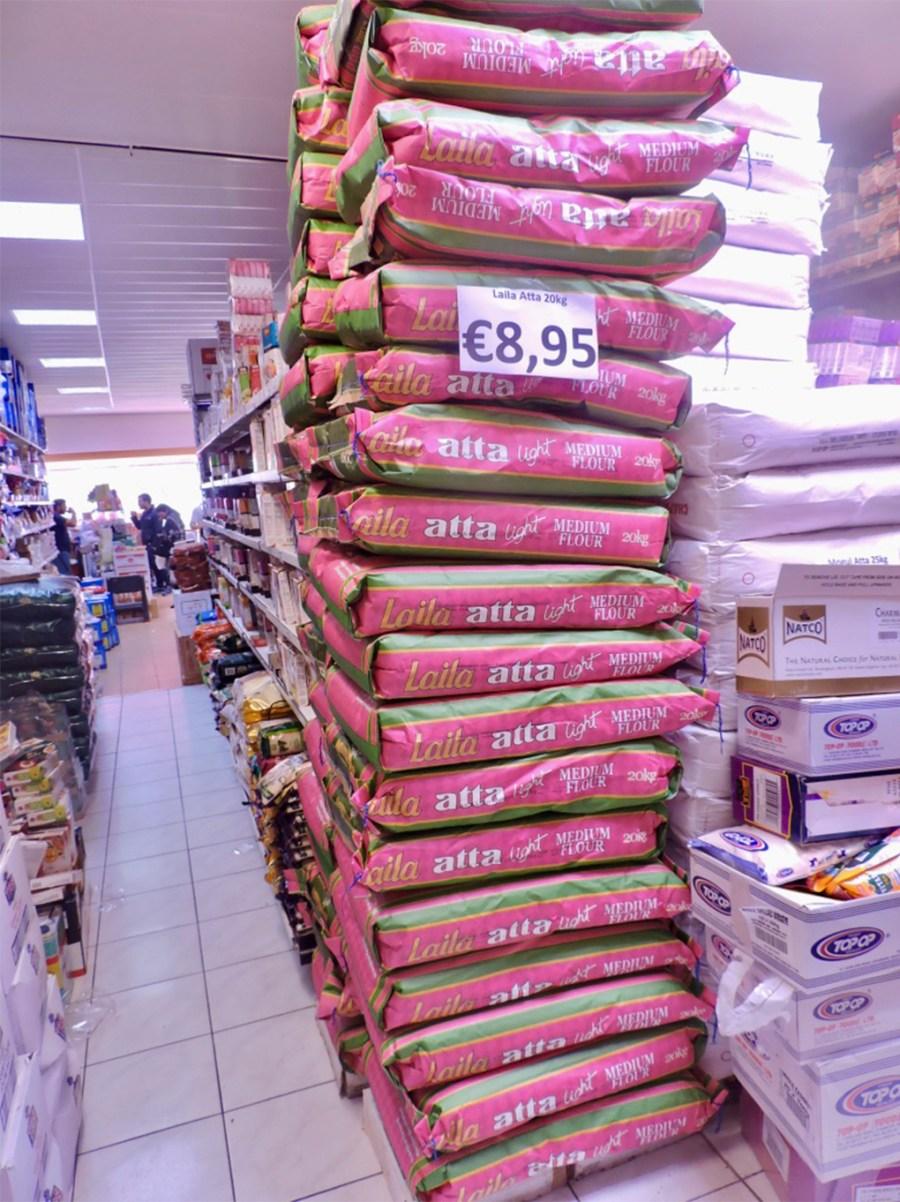 Stapel rijstzakken in Saeed's Curry House in de Javastraat