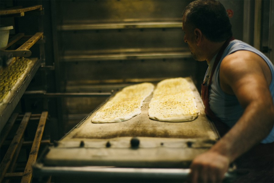 Lavas gaat de oven in in bakkerij Kapadokya in de Javastraat in het Javakwartier