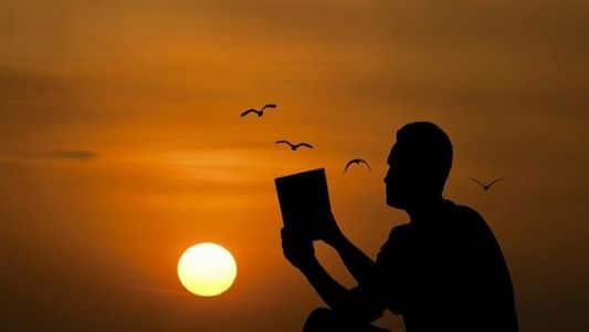 Eugercio leyéndos los relatos de Apurito