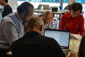 Javier Peris mentor de Startup Weekend Valencia trabajando codo con codo junto a un equipo de emprendedores para preparar el Plan de Negocio y el Business Case de su Proyecto en el evento sobre FIWARE que se llevó a cabo en la Universidad Politécnica de Valencia