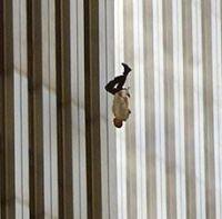 Hombre desesperado y acorralado por las llamas decide saltar al vacío desde una de las torres gemelas