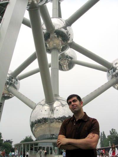 Javi bajo el Atomium (Bruselas)