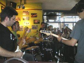 LOS EXTRAÑOS en mini-concierto