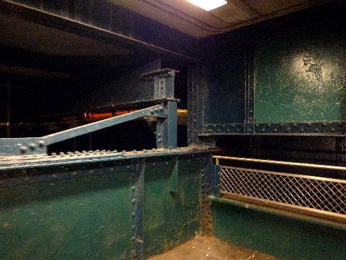 Pasadizos y escaleras mugrientas y oxidadas
