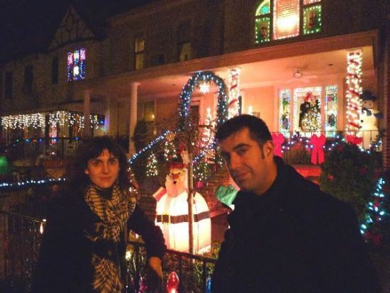 Visitando las casas extraordinariamente adornadas de motivos navideños de Brooklyn
