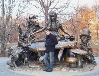 En la estatua de Alicia en el País de las Maravillas