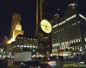 Constante movimiento en las iluminadas noches de Manhattan