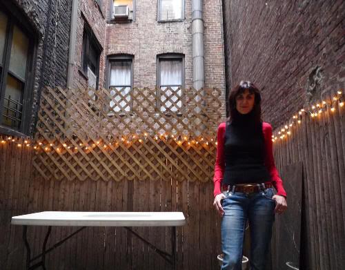 Pilar en la terraza interior del apartamento del East Village (Manhattan, Nueva York)