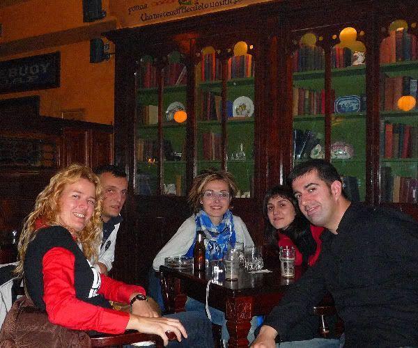 Eva, David, Gisela y nosotros, tomando unas cervecillas y con la Premier League de ruido de fondo